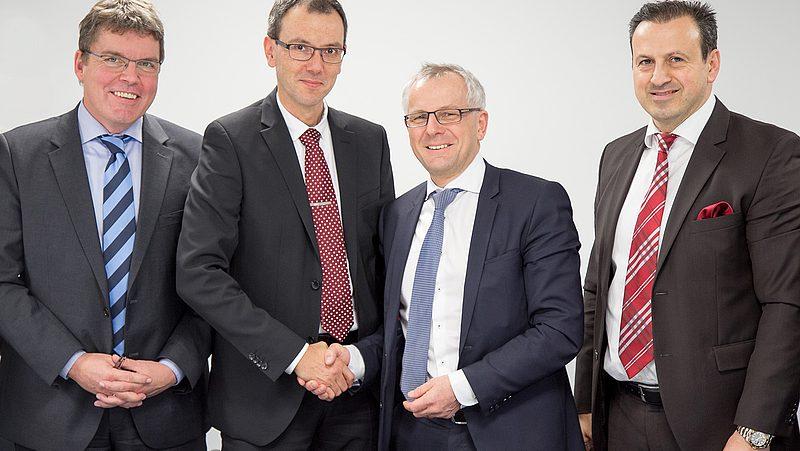Offizielle Vertragsunterschrift: FEV hat die Anteile und Geschäfte der etamax space GmbH übernommen (v.l.n.r.): Holger Sdunnus und Ralf Westerkamp, Geschäftsführer der etamax space GmbH, Prof. Dr. Stefan Pischinger, Vorsitzender der Geschäftsführung FEV Group (Holding GmbH), Sami Sagur, CFO und Geschäftsführer der FEV Group (Holding GmbH), (Quelle: FEV Europe GmbH)